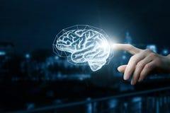 La mano hace clic en el cerebro foto de archivo