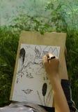 La mano hace el bosquejo del proyecto del lago de la charca Fotografía de archivo