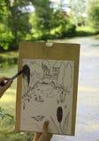 La mano hace el bosquejo del proyecto del lago de la charca en el bosque Fotos de archivo