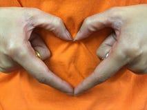 La mano hace la muestra del corazón Imagen de archivo libre de regalías