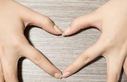 La mano hace un corazón foto de archivo libre de regalías