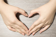 La mano hace un corazón fotos de archivo