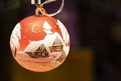 La mano hizo el ornamento pintado de la Navidad a mano imagenes de archivo