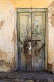 La mano hizo la puerta a mano de madera en Zanzíbar fotos de archivo