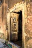 La mano hizo la puerta a mano de madera en Zanzíbar Foto de archivo libre de regalías