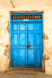 La mano hizo la puerta a mano de madera en Zanzíbar imagenes de archivo