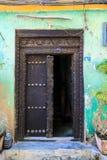 La mano hizo la puerta a mano de madera en Zanzíbar Imagen de archivo