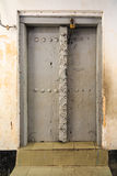 La mano hizo la puerta a mano de madera en Zanzíbar Fotos de archivo libres de regalías