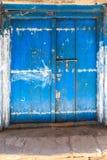 La mano hizo la puerta a mano de madera en Zanzíbar imagen de archivo libre de regalías