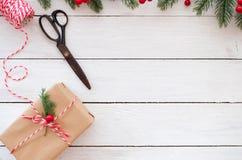 La mano hizo las cajas y las herramientas de regalo a mano del regalo de Navidad Imagen de archivo libre de regalías