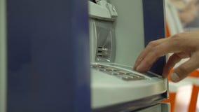 La mano humana aplica una tarjeta de crédito en terminal de la posición Detalle de la tarjeta M?quina de la tarjeta de cr?dito pa almacen de video
