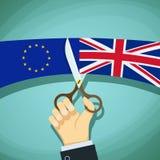 La mano humana con las tijeras corta las banderas de Gran Bretaña y Fotos de archivo libres de regalías