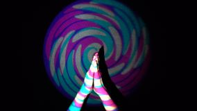 La mano humana está aplaudiendo en fondo del lazo colorido del flythrough del túnel almacen de video