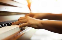 La mano humana está presionando en las llaves del piano, demostración cómo jugar la canción del piano fotos de archivo