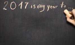 La mano humana que escribe 2017 es mi año a Foto de archivo