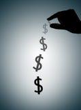 La mano humana que lleva a cabo la muestra de dólar y se descolora lejos, Saveing y failin imagen de archivo