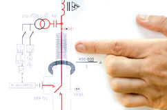 La mano indica esquema eléctrico Fotografía de archivo libre de regalías