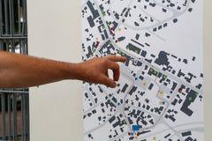 La mano indica il modo sulla mappa della città fotografie stock libere da diritti