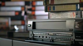 La mano inserisce la videocassetta archivi video