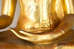 La mano izquierda de la estatua de Buda del oro viejo sienta legged cruzado fotografía de archivo libre de regalías