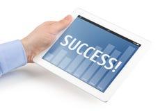 La mano izquierda del hombre que sostiene una tableta con el interf del negocio Imagen de archivo