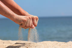 La mano lanza la arena foto de archivo libre de regalías