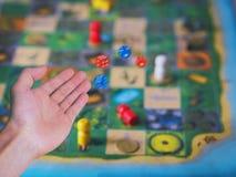 La mano lanza los dados Fotografía de archivo