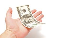 La mano lleva a cabo 100 dólares de los E.E.U.U. Fotos de archivo libres de regalías
