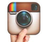 La mano lleva a cabo el logotipo de Instagram foto de archivo libre de regalías
