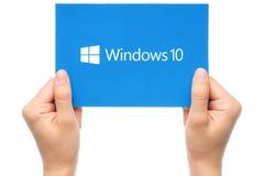 La mano lleva a cabo el logotipo de Windows 10 Foto de archivo