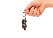 La mano lleva a cabo el manojo de llaves. Fotografía de archivo