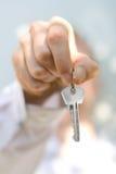 La mano lleva a cabo un clave Imagen de archivo