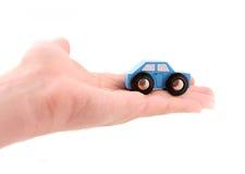 La mano lleva a cabo un modelo del coche Imagenes de archivo