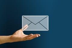 La mano lleva el icono del correo, concepto del correo electrónico imágenes de archivo libres de regalías