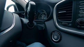 La mano maschio avvia e ferma un'automobile spingendo un bottone stock footage