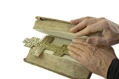 La mano maschio ha chiuso la bibbia con la traversa su esso i Immagine Stock Libera da Diritti