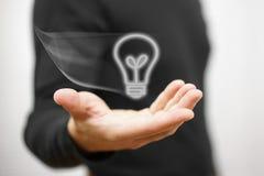 La mano maschio sta mostrando la lampadina virtuale volante Concetto dell'idea illustrazione di stock