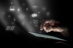 La mano masculina asoma sobre la tableta digital Imagen de archivo libre de regalías