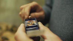 La mano masculina demuestra un lápiz afilado metrajes
