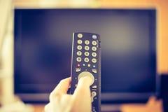 La mano masculina está sosteniendo la TV TV teledirigida, elegante imagenes de archivo