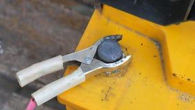 La mano masculina separa los terminales a las baterías del ` s del coche para cargar Chispa, más klema metrajes