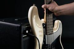 La mano mette il basso elettrico elettrico in bianco e nero all'amplificatore combinato immagine stock libera da diritti