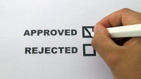 La mano mette un segno in casella di controllo approvata video d archivio