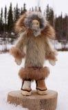 La mano natale femminile dell'Alaska perfezionamento la bambola fotografia stock libera da diritti
