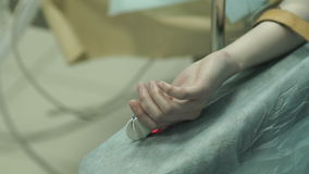 La mano paciente del ` s con un monitor del ritmo cardíaco metrajes
