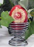 La mano perfezionamento l'uovo - decorazione di Pasqua della sorgente fotografia stock libera da diritti