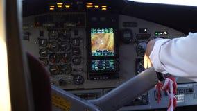 La mano pilota del ` s sul timone degli aerei stock footage