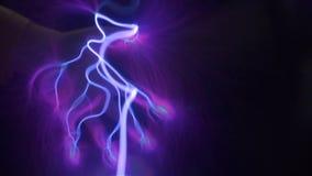 La mano prende e muove le scariche elettriche nello spazio stock footage