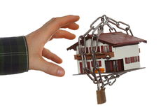 La mano prende una casa della sicurezza Immagini Stock Libere da Diritti