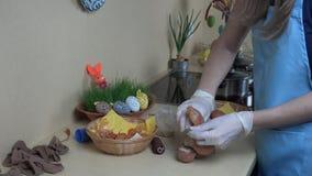 La mano prepara l'uovo di Pasqua con la pittura della cipolla Famiglia del fest della primavera 4K stock footage